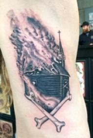 手臂纹身素材 男生手臂上火焰和建筑物纹身图片