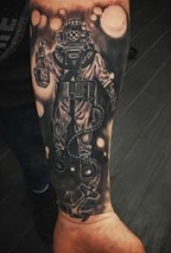 宇航员纹身图案 男生小臂纹身宇航员纹身图案
