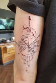 纹身指南针 男生手臂上黑色的指南针纹身图片