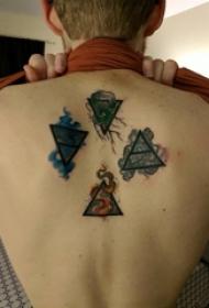 纹身后背女 女生后背上彩色的三角形纹身图片