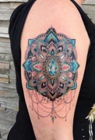 曼陀罗图案纹身 女生大臂上彩色的曼陀罗纹身图片