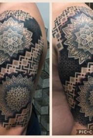 双大臂纹身  男生大臂上黑色的曼陀罗纹身图片