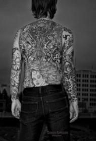 后背纹身男 男生后背上黑色的人物纹身图片
