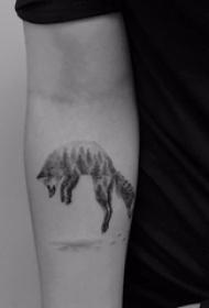 手臂纹身图片 男生手臂上黑色的树和狐狸纹身图片
