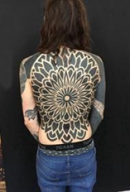 部落图腾纹身 女生后背上黑色的部落图腾纹身图片