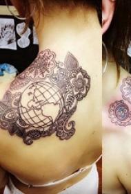 地球纹身图案 女生背部花朵纹身地球纹身图案