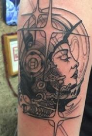 人物肖像纹身 男生手臂上黑色的宇航员纹身图片
