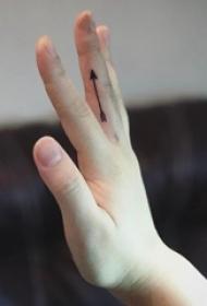简约手指纹身 女生手指上黑色的箭头纹身图片