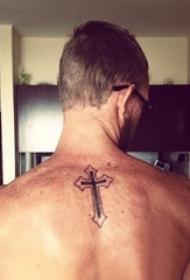 简单十字架纹身 多款简单线条纹身黑色十字架纹身经典图案