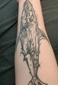 鲨鱼纹身图 男生手臂上鲨鱼纹身图案