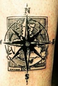 纹身指南针 男生手臂上黑色纹身指南针图片