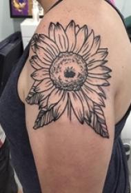 向日葵纹身图片 女生大臂上黑色的向日葵纹身图片