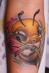 纹身卡通 女生手臂上花朵和蜜蜂纹身图片