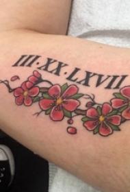 纹身手臂女生 女生手臂上罗马数字和花朵纹身图片