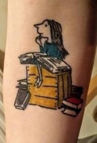 纹身书籍 女生手臂上人物和书籍纹身图片