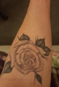欧美玫瑰纹身 女生手臂上欧美玫瑰纹身素描图片