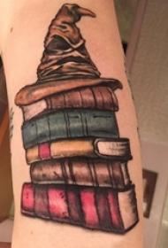 纹身书籍 男生手臂上分院帽和书籍纹身图片