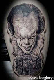 小丑纹身 男生大臂上黑色的小丑纹身图片