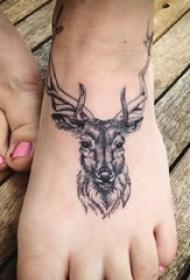 脚背纹身 女生脚背上黑色的鹿纹身图片