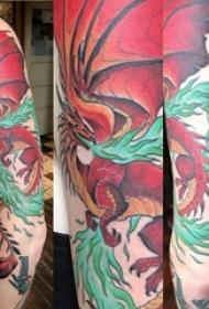 双大臂纹身 男生手臂上彩色的火龙纹身图片