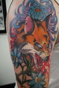 手臂纹身图片 男生大臂上花朵和狐狸纹身图片