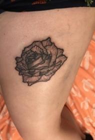 大腿纹身传统 女生大腿上黑色的玫瑰纹身图片