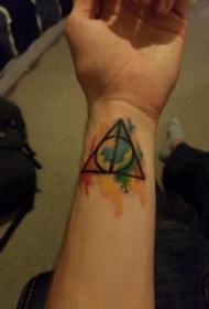 欧美手腕纹身 男生手腕上彩色的几何纹身图片