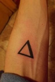 几何元素纹身 男生手臂上黑色的三角形纹身图片