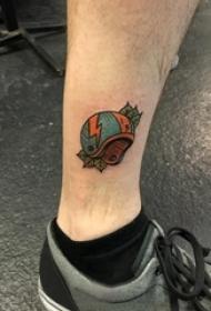 头盔纹身 男生小腿上叶子和头盔纹身图片