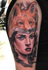 双大臂纹身 男生大臂上狐狸和人物肖像纹身图片