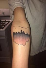 手臂纹身素材 女生手臂上黑色的建筑物剪影纹身图片