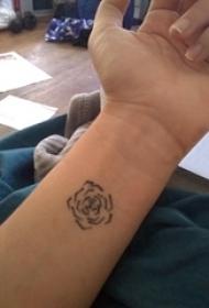 女生纹身手腕 女生手臂上黑色的玫瑰纹身图片