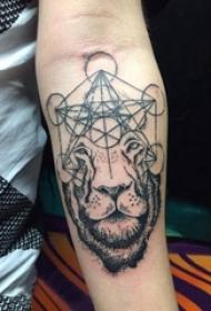 纹身黑色 男生手臂上几何和狮子纹身图片