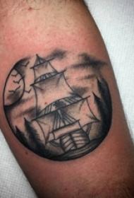 纹身小帆船 男生手臂上黑色的帆船纹身图片