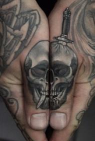 骷髅纹身 男生手指上匕首和骷髅纹身图片