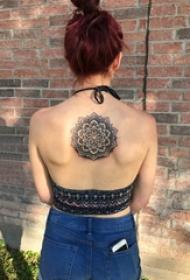 纹身后背女 女生后背上黑色的曼陀罗纹身图片