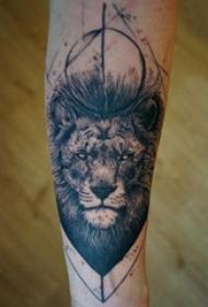 纹身手臂套 男生手臂上黑色的狮子纹身图片
