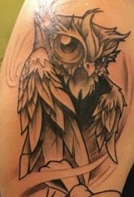 纹身猫头鹰 男生手臂上黑灰纹身猫头鹰纹身图片