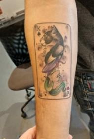 撲克牌紋身 男生手臂上貓咪和小丑紋身圖片