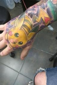 手背纹身 男生手背上彩色的皮卡丘纹身图片