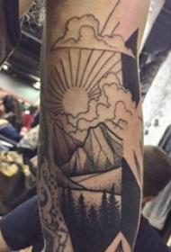 小山峰纹身 男生手臂上山峰的纹身图片