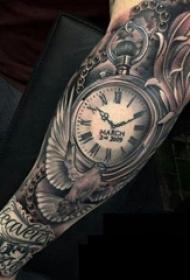 纹身钟表 男生手臂上黑灰纹身钟表