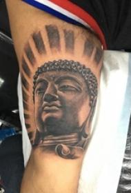 纹身佛像图 男内行臂上黑灰的佛像纹身图片