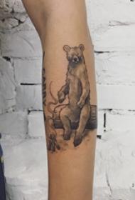 手臂纹身素材 男生手臂上黑色的卡通小熊纹身图片