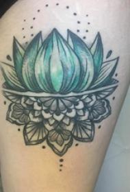 大腿纹身传统 女生大腿上彩色的莲花纹身图片