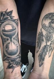 手臂纹身素材 男生手臂上沙漏和捕梦网纹身图片