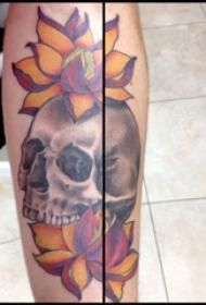 手臂纹身素材 男生手臂上莲花和骷髅纹身图片