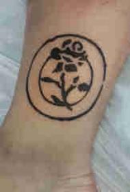 植物纹身 男生脚踝上圆形和玫瑰纹身图片