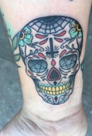 纹身骷髅头 女生手腕上骷髅头纹身图片