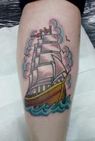 欧美小腿纹身 男生小腿上航行的帆船纹身图片